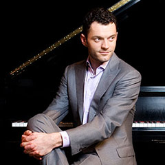 Portrait of Steven Vanhauwaert sitting at piano