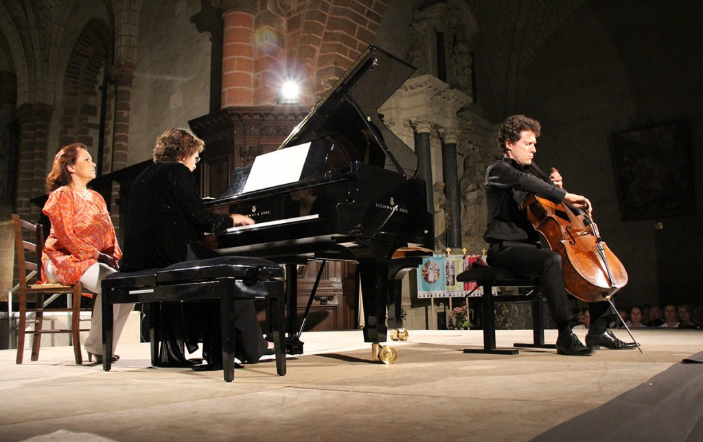 Vice dean Lucinda Carver also performed at the festival, here accompanying cellist and co-artistic director François Salque at the Église Abbatiale de Saint-Gildas des Bois.