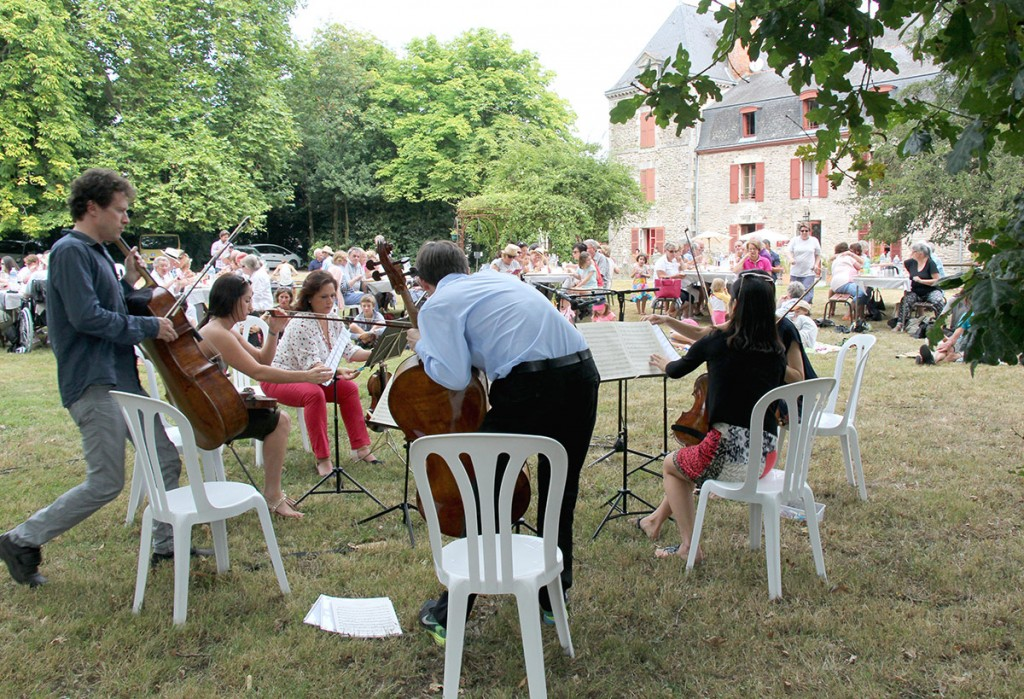 In addition to formal performances, festival artists also presented picnic concerts for local audiences.