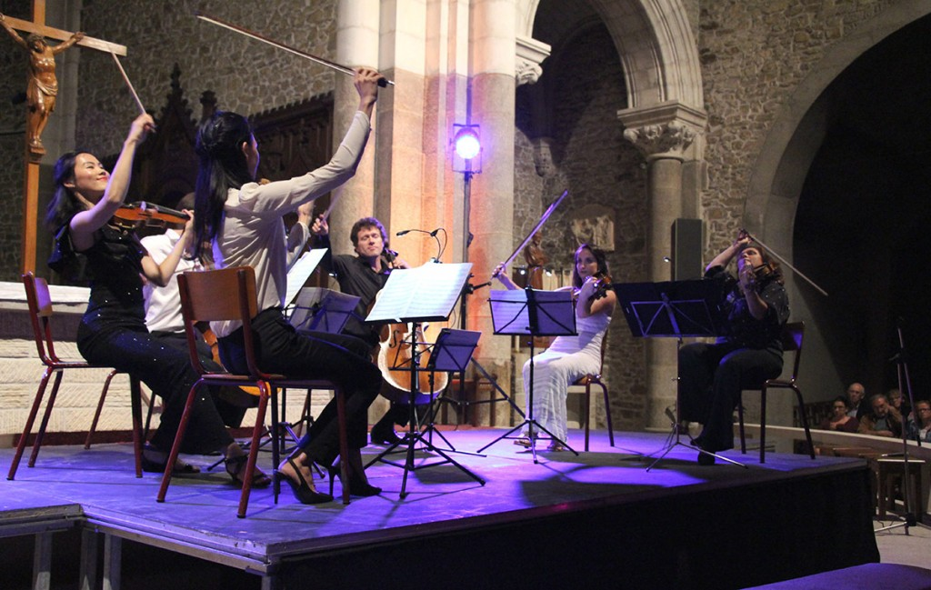 The quartet in performance with cellist François Salque at Église de Pont-Château.