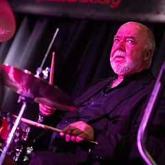 Photo of Peter Erskine drumming