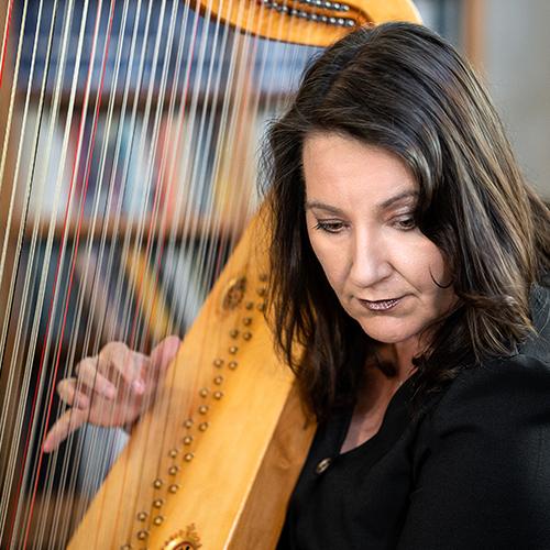 Photo of Maxine Eilander playing harp